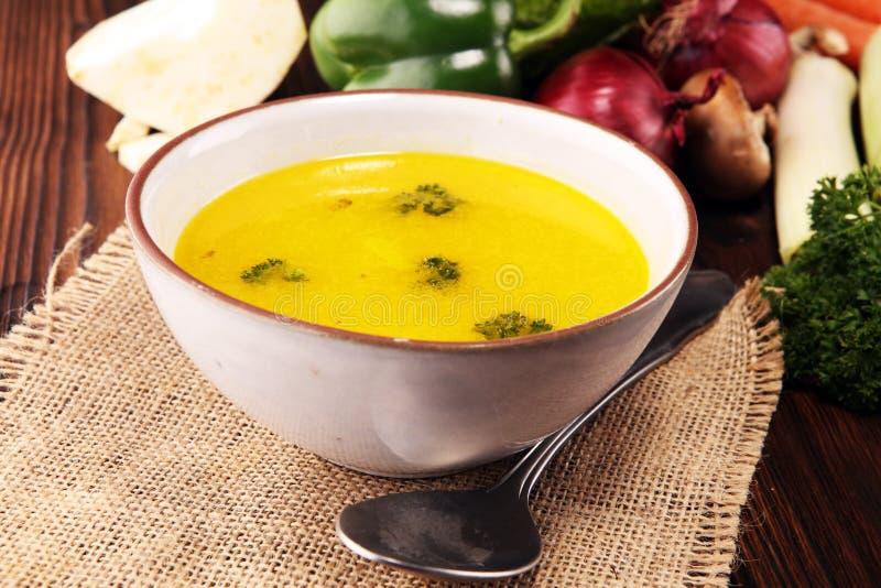 Bouillon met wortelen, uien diverse verse groenten in een pot - kleurrijke verse duidelijke de lentesoep De landelijke vegetariër stock fotografie