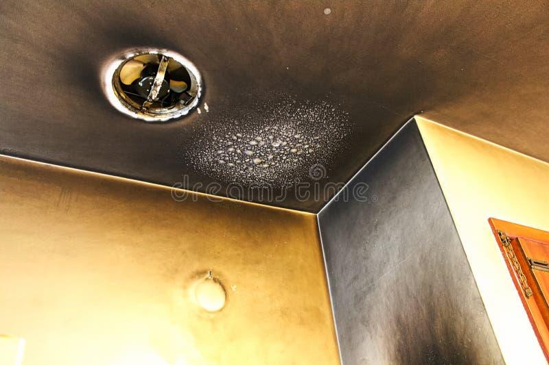 Bouillonné et fumé vers le haut du plafond après un feu de cuisine photos stock