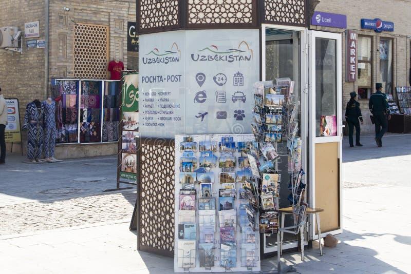Boukhara, Oezbekistan - Maart 13, 2019: Kaarten van de kiosk de verkopende groet met foto's en meningen van Boukhara royalty-vrije stock fotografie