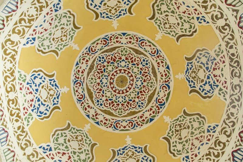 Boukhara, Oezbekistan - Maart 13, 2019: Traditionele Islamitische die ornamentelementen binnen van de koepel worden geschilderd stock foto's