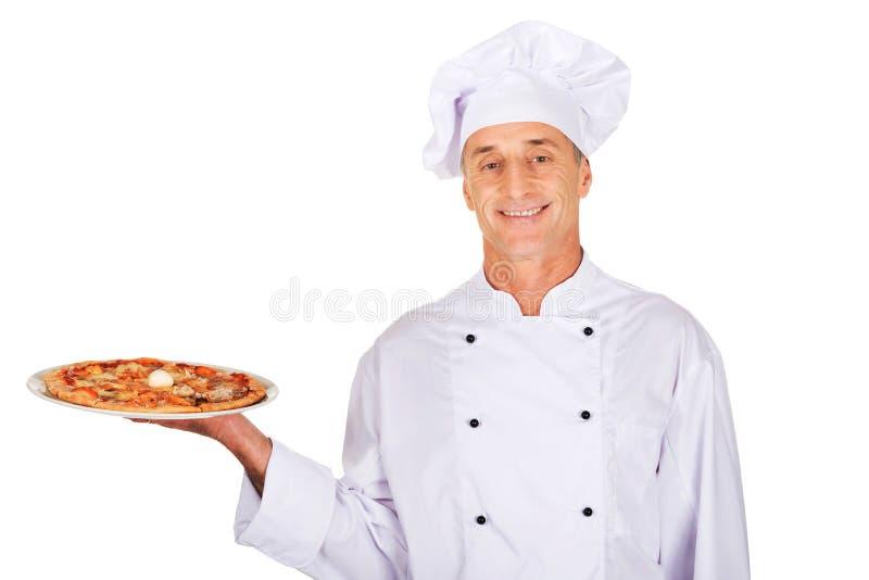 Boulanger de chef avec la pizza italienne images libres de droits