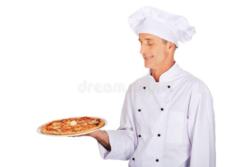 Boulanger de chef avec la pizza italienne photo stock