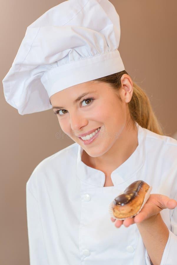 Boulanger féminin présent vous avec l'eclair image stock