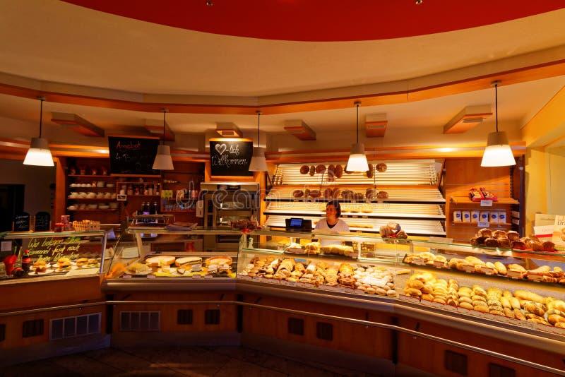 Boulangerie allemande avec la vendeuse photographie stock libre de droits