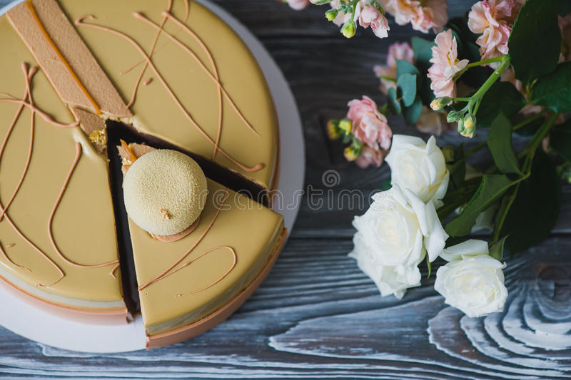 Boulangerie avec le morceau de gâteau jaune peu commun de mousse avec le dacquoise d'amande, confit de framboise, couche croustil photographie stock