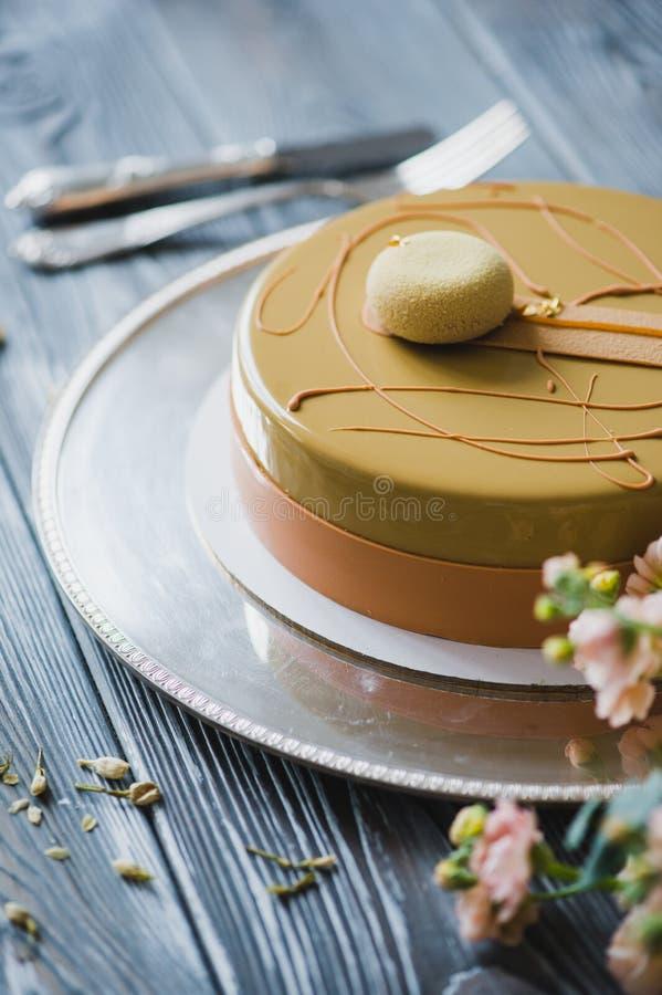 Boulangerie avec le morceau de gâteau jaune peu commun de mousse avec le dacquoise d'amande, confit de framboise, couche croustil photos libres de droits