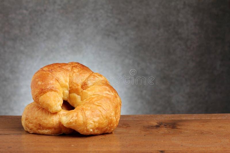 Boulangerie de croissant sur la table de teakwood images libres de droits