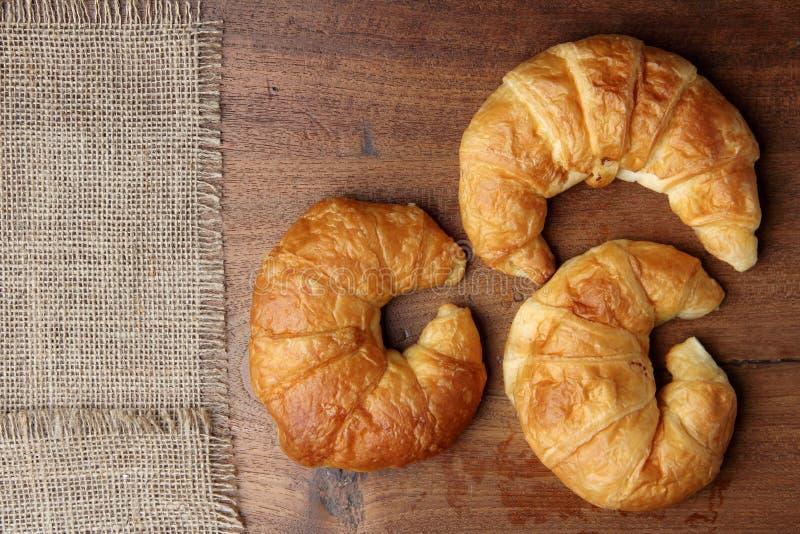 Boulangerie de croissant sur la table de teakwood photographie stock libre de droits
