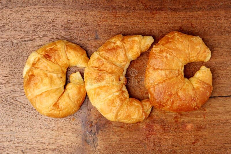 Boulangerie de croissant sur la table de teakwood photos libres de droits