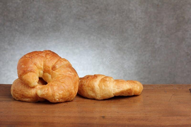 Boulangerie de croissant sur le teakwood photos stock