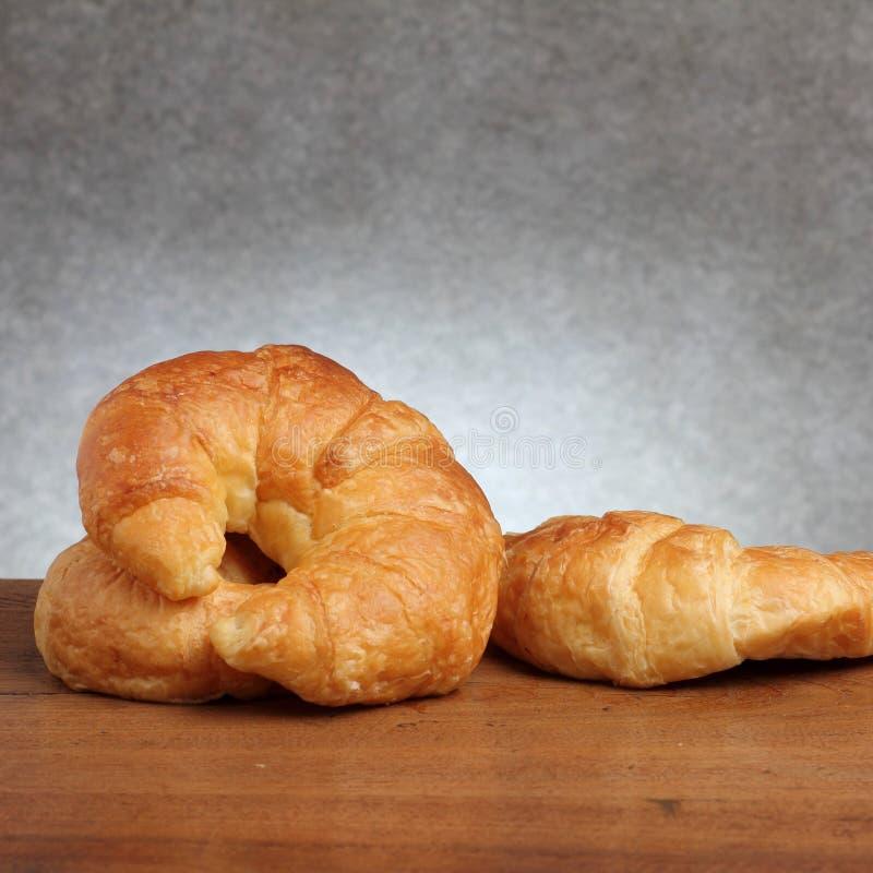 Boulangerie de croissant sur le teakwood photographie stock