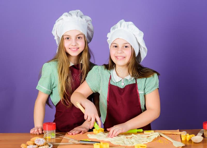 Boulangerie de pâtisserie que nous faisons cuire au four avec passion Peu filles faisant cuire le dessert cuit au four doux de pâ photos libres de droits