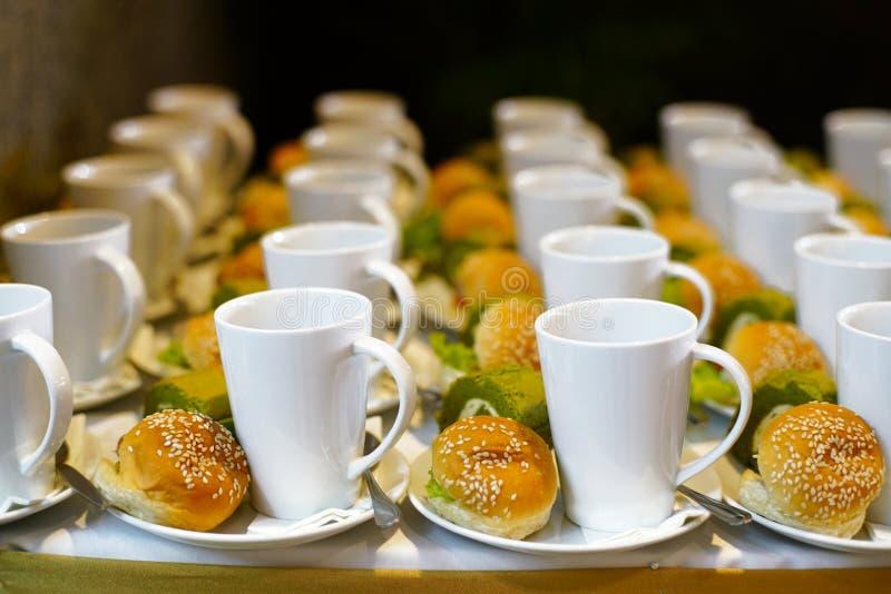 Boulangerie et boisson pendant le temps ou le repas de pause-café photographie stock
