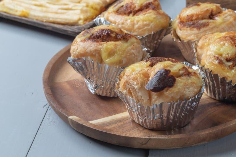 Boulangerie et porc déchiqueté danois sur le conseil en bois images stock