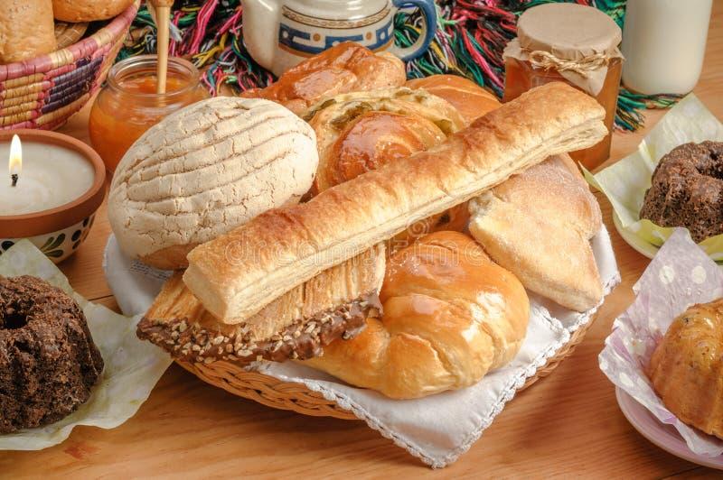 Boulangerie mexicaine traditionnelle assortie par pain doux photos stock