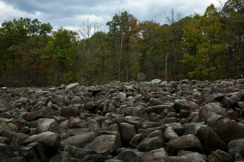 Boulder Field in Ringing Rocks County Park, Pennsylvania, Förenta staterna arkivfoton