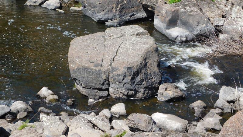 Boulder in mezzo a The Creek fotografia stock