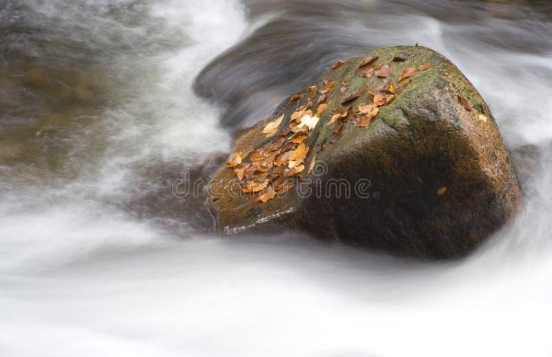Boulder in un'acqua immagini stock libere da diritti
