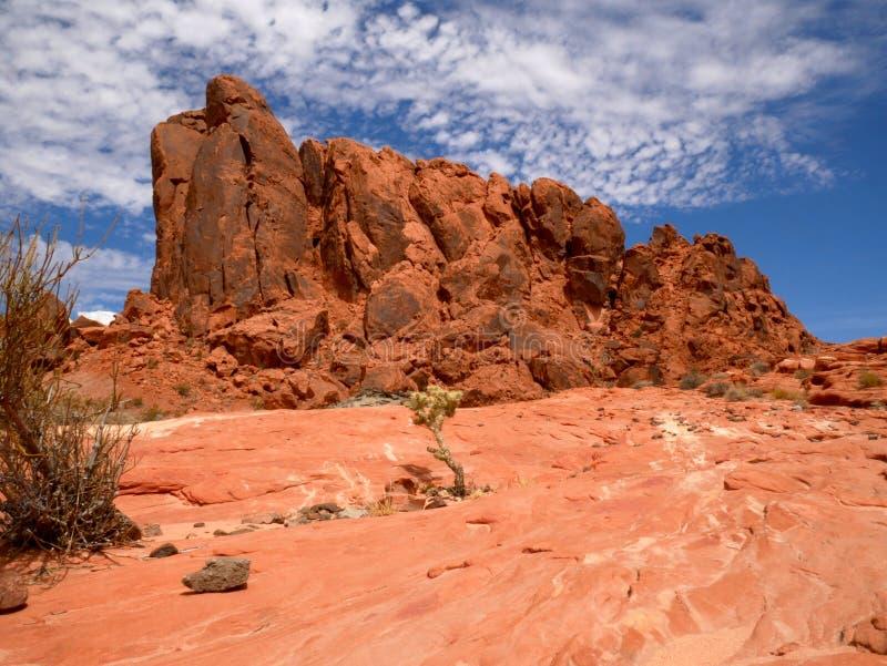 Boulder von roten Felsen mit blauem Himmel und Wolken auf dem Tal des FeuerNationalparks stockfotografie