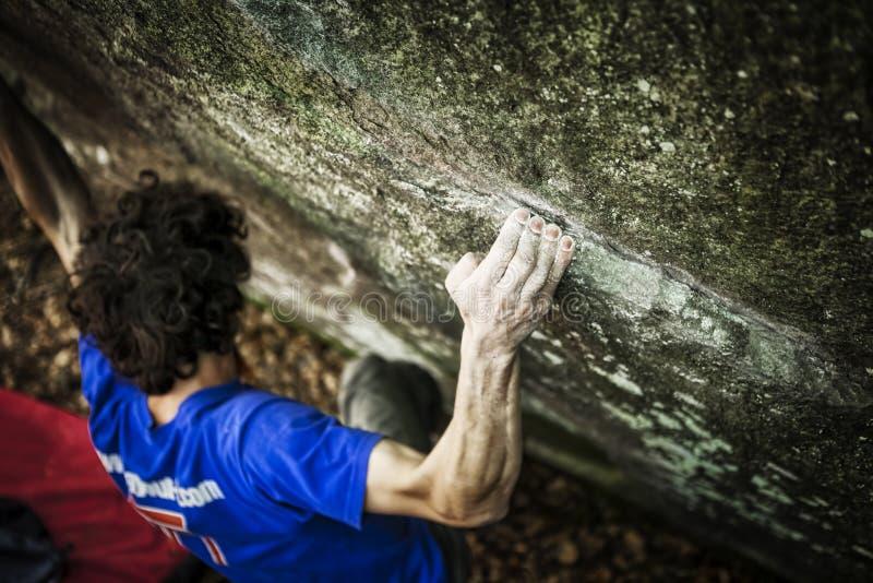 bouldering坚强男人的前臂 免版税图库摄影