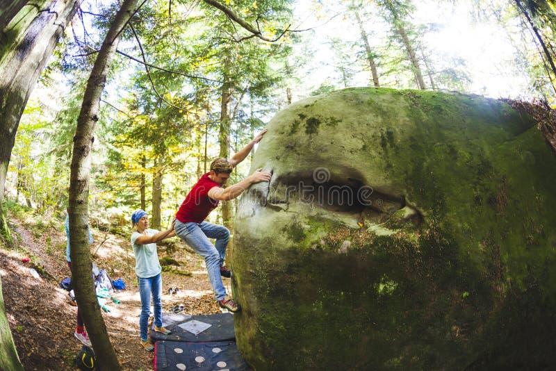 Bouldering en nature images libres de droits