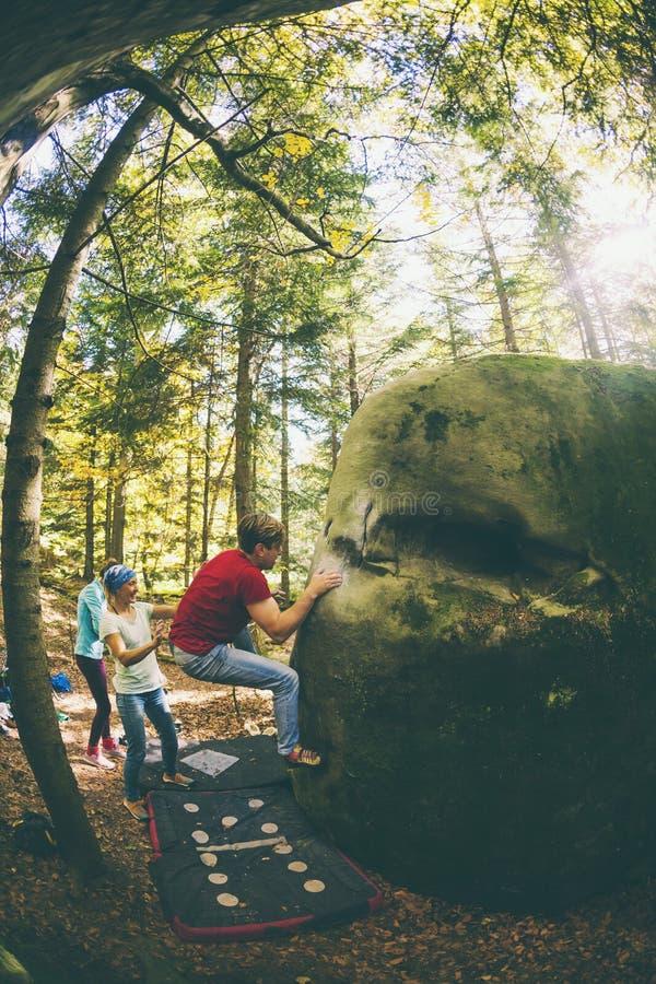 Bouldering en nature photo libre de droits