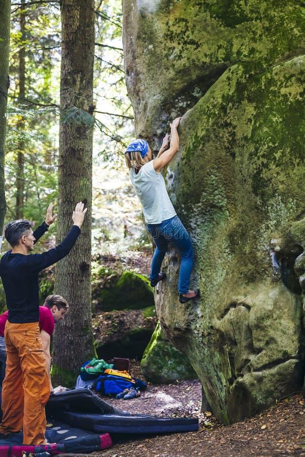 Bouldering in natura fotografie stock libere da diritti