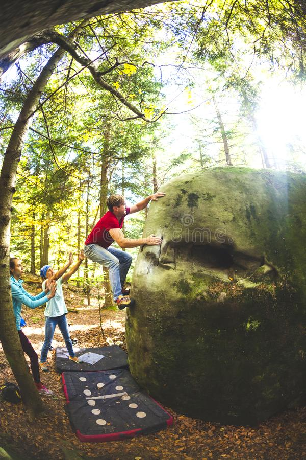 Bouldering in natura immagine stock