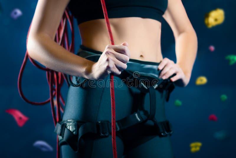 Bouldering s'élevant de femme féminine de muscle dans le hall de formation image libre de droits