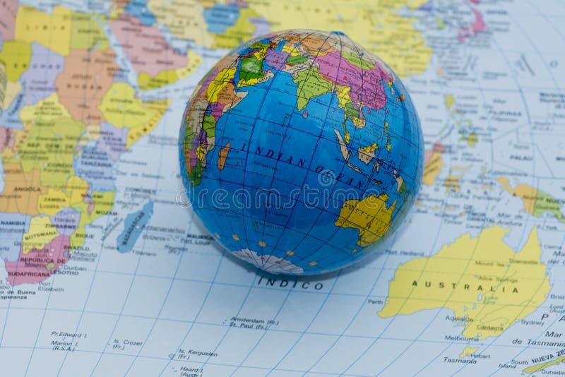 Boule avec la carte du monde sur une carte photographie stock libre de droits