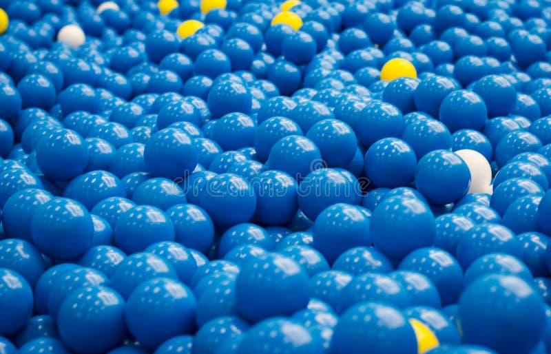 Boule bleue colorée en plastique dans la fin vers le haut du fond image stock