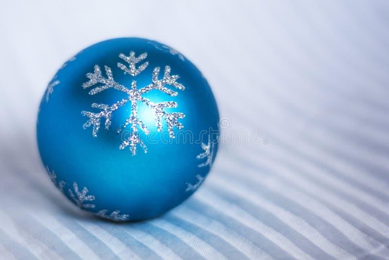 Boule bleue d'arbre de Noël avec l'ornement de flocon de neige sur le backgr blanc photos libres de droits