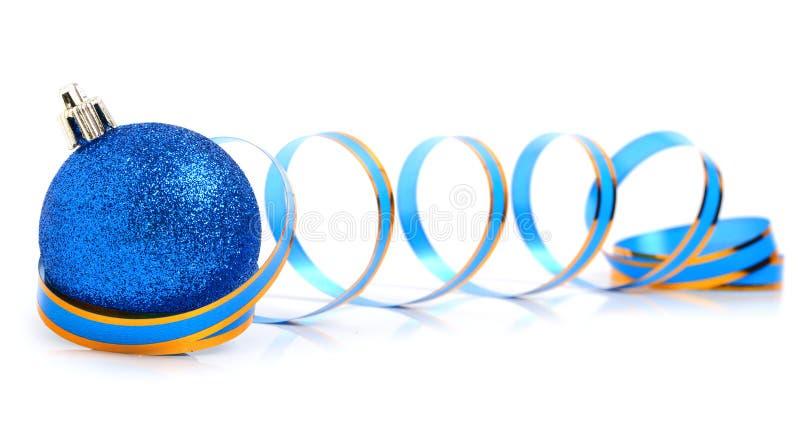 Boule bleue de Noël avec un ruban photos stock