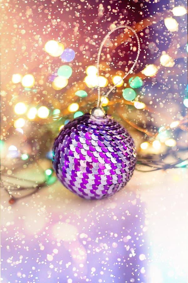 Boule brillante de Noël, décorée des paillettes Foyer s?lectif Concept de No?l Plan rapproch? photographie stock