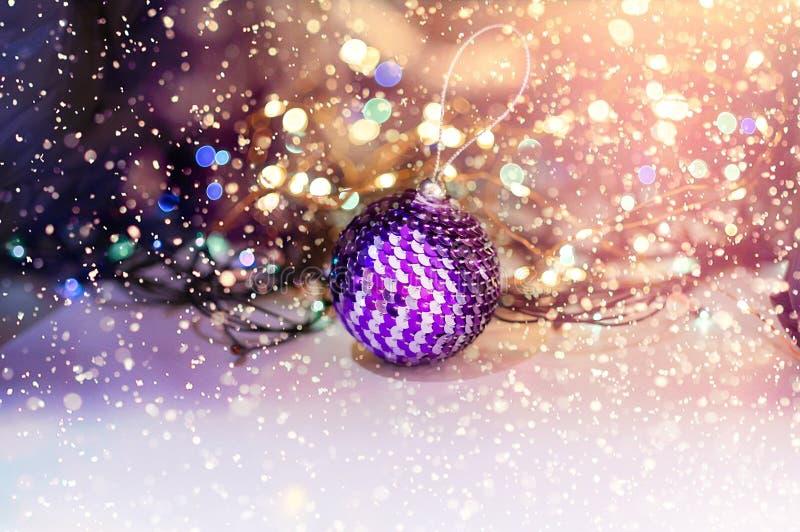 Boule brillante de Noël, décorée des paillettes Foyer s?lectif Concept de No?l Plan rapproch? image stock