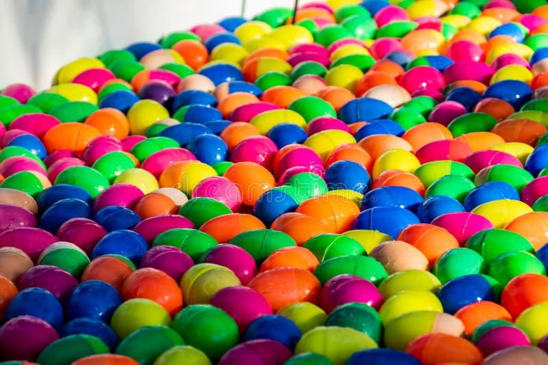 Boule chanceuse colorée d'oeufs pour le jeu chanceux d'aspiration image libre de droits