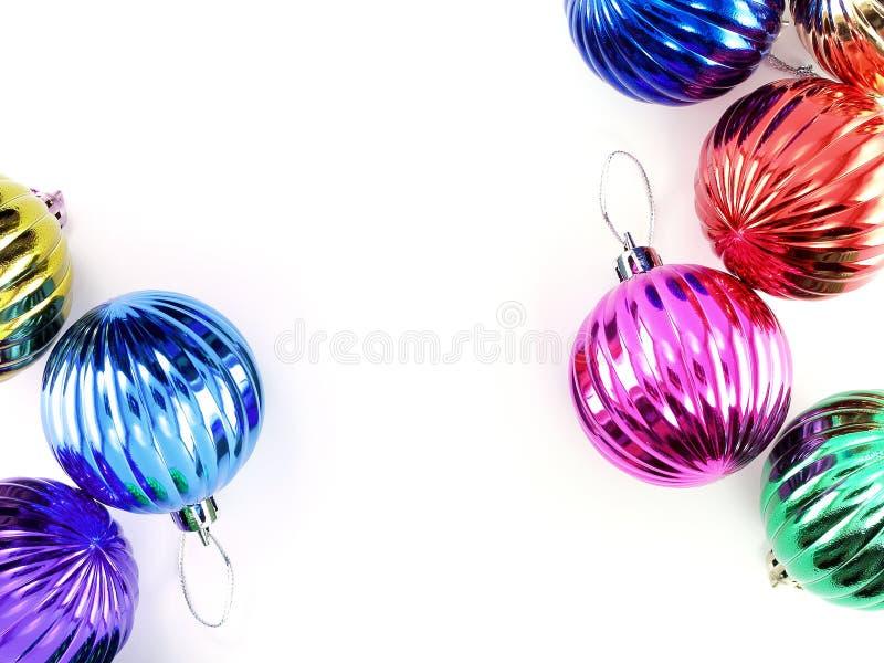 Boule colorée de Noël d'isolement sur le fond blanc avec l'espace de copie pour le texte images stock
