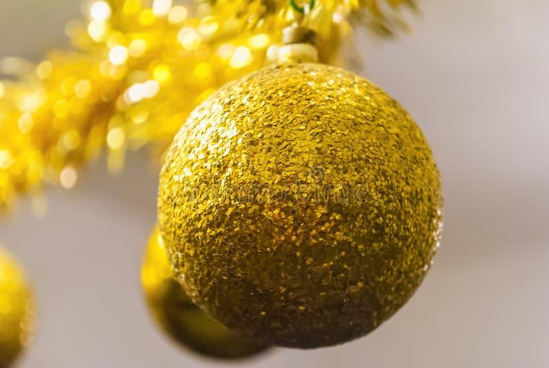 Boule d'or brillante pour la décoration d'arbre de Noël photographie stock