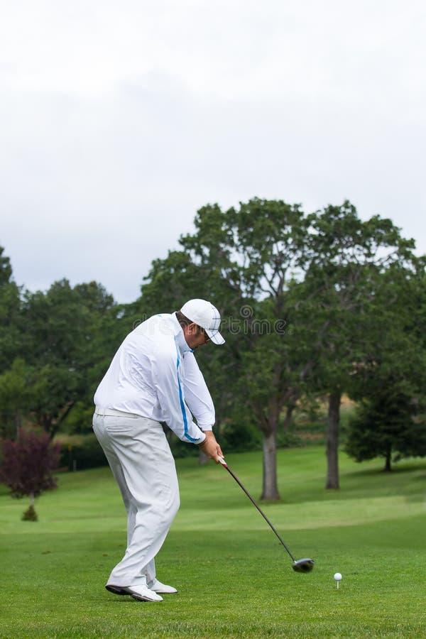 Boule d'entraînement de golfeur outre de pièce en t photo stock