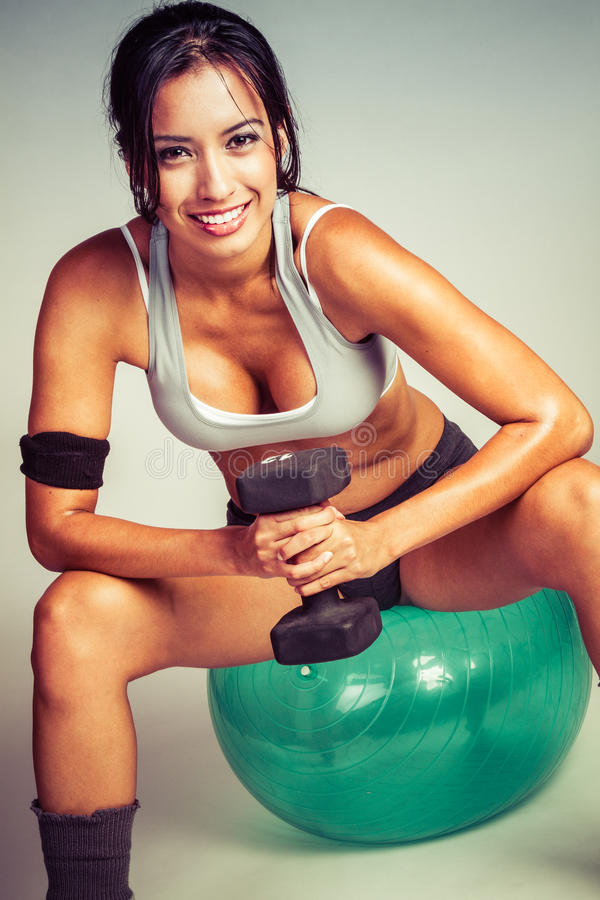 Boule d'Exercis de femme de forme physique photographie stock
