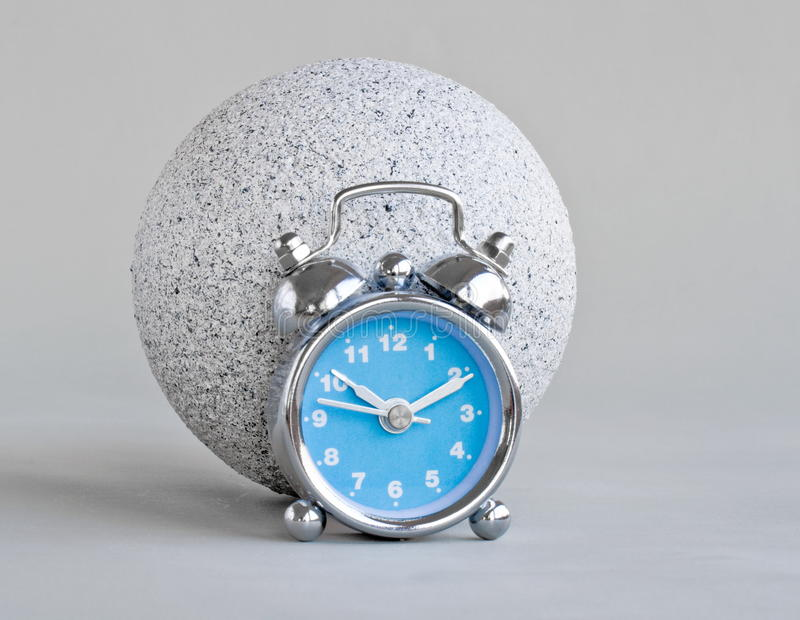 Boule d'horloge et de pierre photo stock