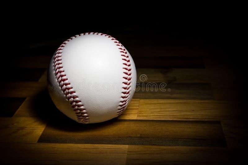 Boule de base-ball dans la peinture légère image stock