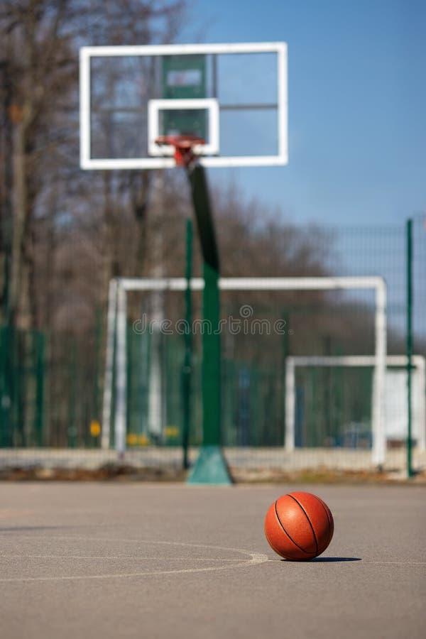 Boule de basket-ball sur le cour d'ext?rieur image stock