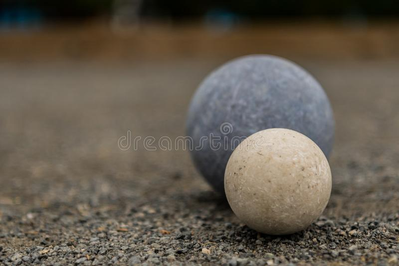 Boule de Bocce blanche avec l'espace bleu de la copie conforme de boule laissé image libre de droits