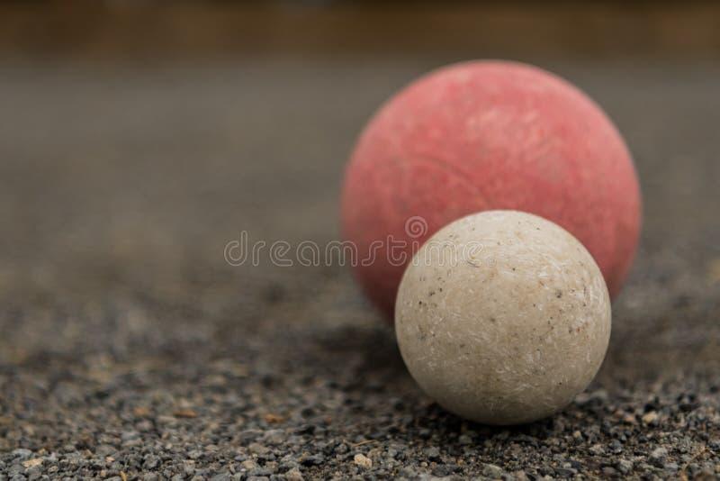 Boule de Bocce blanche avec l'espace rouge de la copie conforme de boule laissé photographie stock