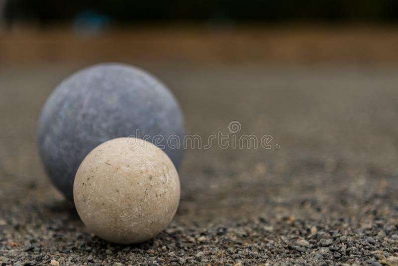 Boule de Bocce blanche avec la droite bleue de l'espace de la copie conforme de boule photographie stock