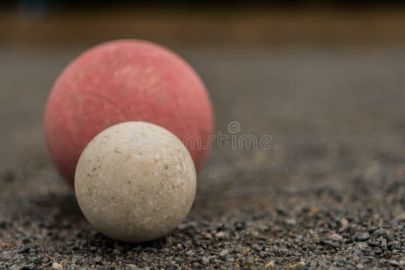 Boule de Bocce blanche avec la boule rouge avec la droite de l'espace de copie photos stock