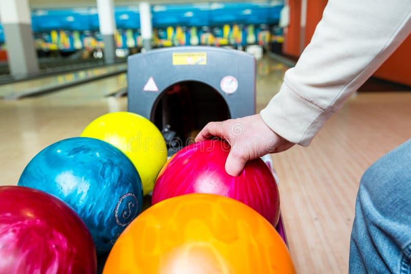 Boule de bowling de cueillette de personne de support images libres de droits