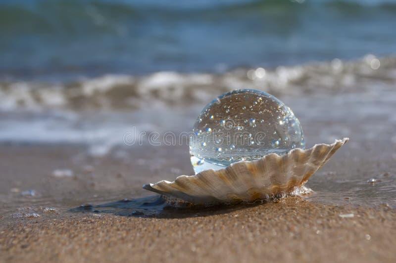 Boule de cristal comme perle photographie stock libre de droits