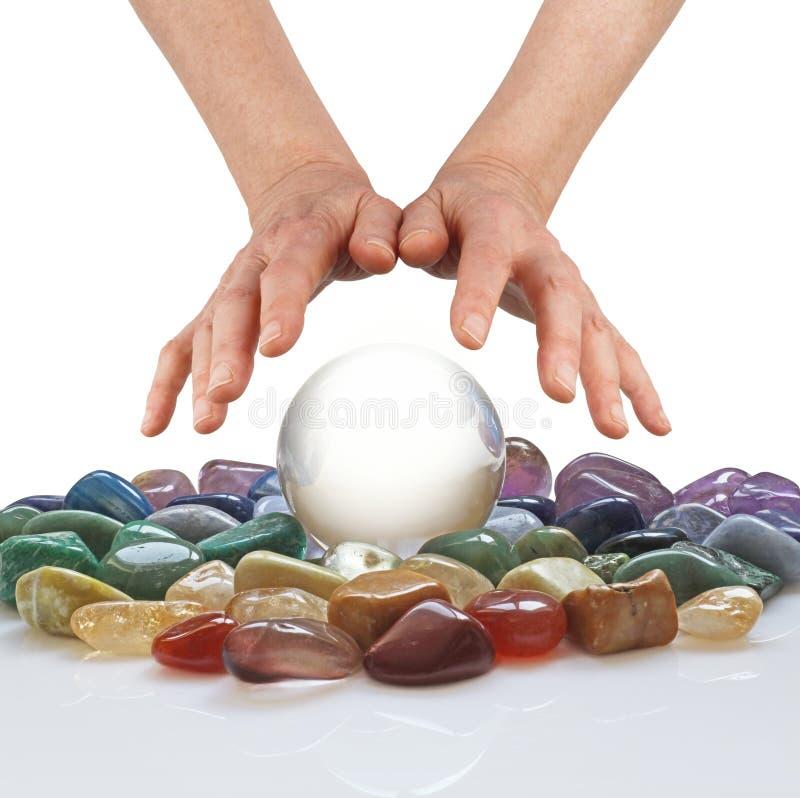 Boule de cristal, cristaux curatifs et mains psychiques photographie stock libre de droits
